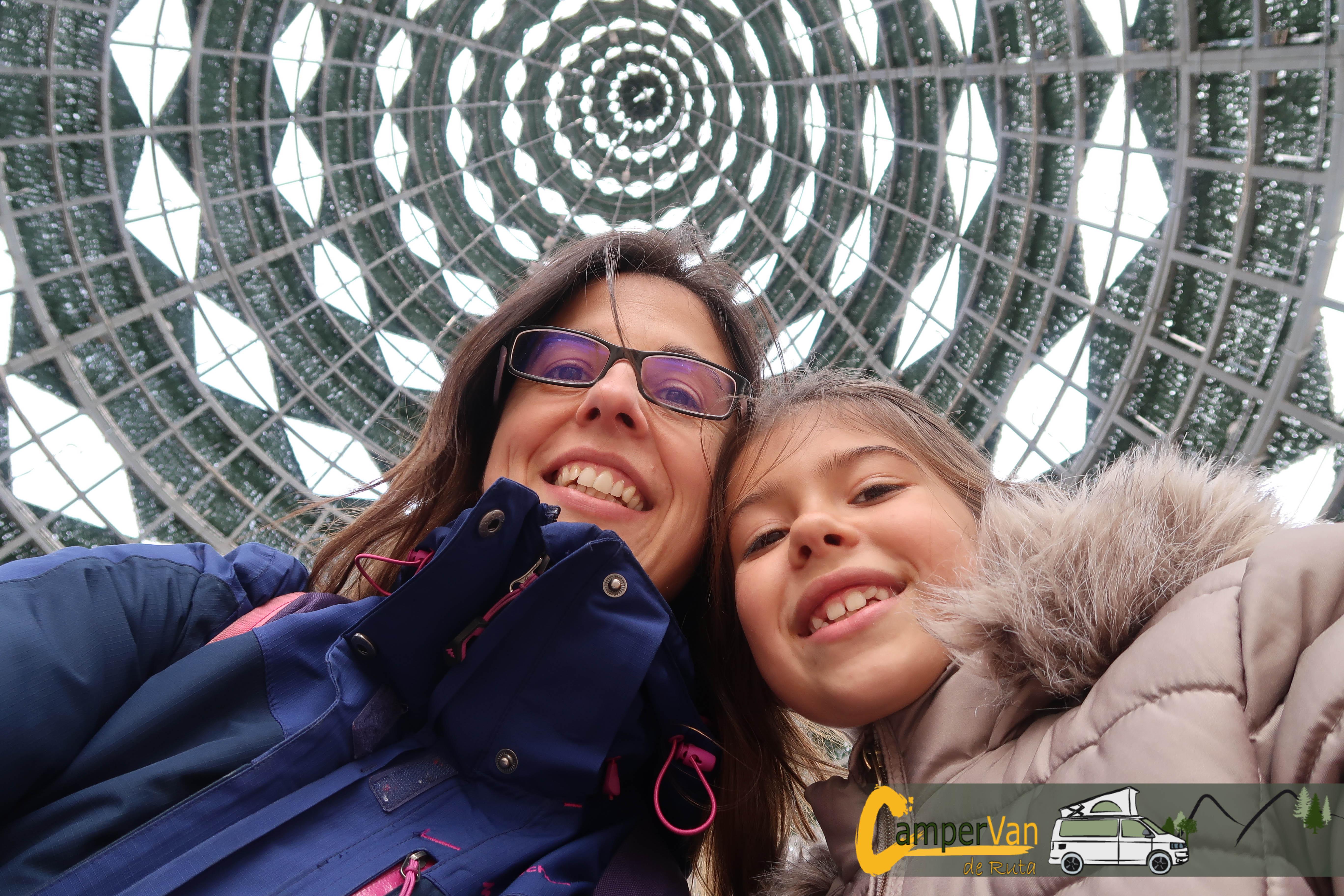 Campervan de Ruta Noemi and Nuria under a dome